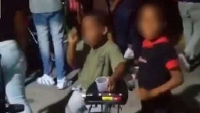 Photo of Circula video de dos niños ingiriendo alcohol en fiesta callejera
