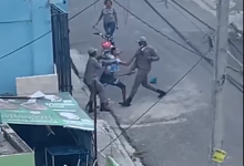 Photo of Dos agentes de la PoliciaRD fueron burlados y desarmados por civil durante un enfrentamiento. VIDEO
